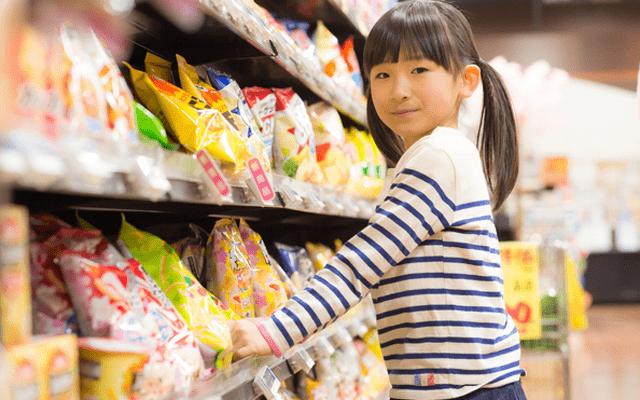 お菓子を買う子ども