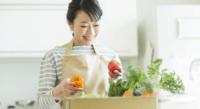 野菜宅配で野菜を持つ女性