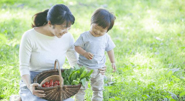 野菜かごを持つ母子