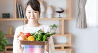 野菜セットを持つ女性